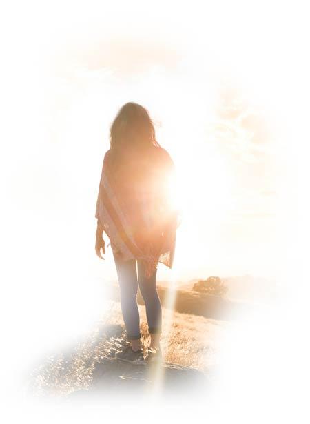 Silhouette einer Frau, die ins Licht geht